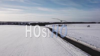 Voiture Suv Conduite Sur Un Paysage Enneigé, Vidéo Drone
