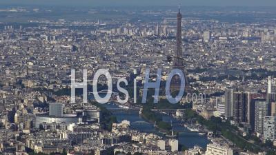 Vue De La Tour Eiffel, La Seine, Et Les Ponts, Filmés Par Hélicoptère
