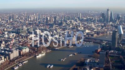 La Tamise En Direction Du Centre-Ville, Londres, Filmée En Hélicoptère