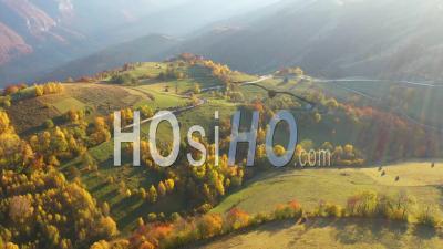Paysage D'automne Avec Maisons En Bois - Vidéo Drone