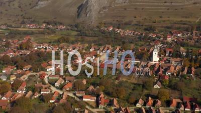 Voler Au-Dessus D'un Village Avec De Vieilles Maisons Blanchies à La Chaux En Transylvanie - Vidéo Drone