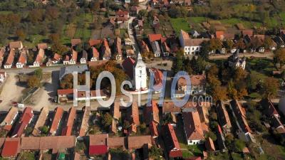 Voler Au-Dessus D'un Village Traditionnel Et Du Clocher De L'église - Vidéo Drone