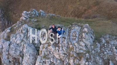 Couple De Randonnée Se Détendre Sur Un Sommet De Montagne - Vidéo Drone