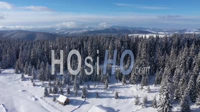 Superbe Vue D'hiver Des Montagnes Couvertes De Neige - Vidéo Drone