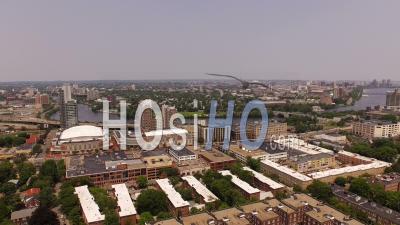 Boston Massachusetts Survoler La Région De Longwood Avec Plusieurs Vues Du Campus Et De La Ville. - Vidéo Drone