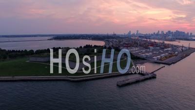 Voler à Basse Altitude Sur Le Port Avec Vue Sur Le Parc Et Le Coucher De Soleil Sur La Ville. Boston Massachusetts - Vidéo Drone