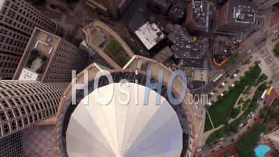 Boston Massachusetts Flying Vertical Shot Regardant Le Centre-Ville Et Le Front De Mer. - Vidéo Drone