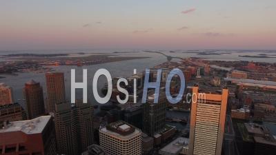 Boston Massachusetts Survolant Le Centre-Ville Au Coucher Du Soleil Avec Vue Sur La Ville Et L'aéroport. - Vidéo Drone