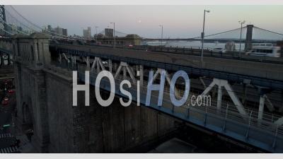 Plan Levant Du Pont De Manhattan Pendant La Journée, Avec Des Vues Du Pont De Brooklyn à L'arrière-Plan. - Vidéo Drone
