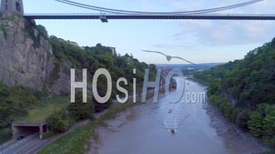 Le Pont Suspendu De Clifton Enjambe La Gorge Et La Rivière Avon, Reliant Clifton (bristol) à Leigh Woods (north Somerset, Angleterre) - Vidéo Drone