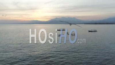 Paddleboard Sur L'île De Gili Près De Bali En Indonésie - Vidéo Drone