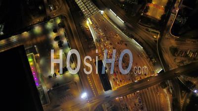 Hong Kong Survolant L'entrée Du Tunnel Cross Harbor Regardant Verticalement La Nuit - Vidéo Drone