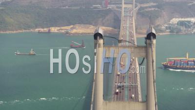 Hong Kong Volant Bas Autour Du Pont Tsing Ma Avec Un Cargo Passant Sous Le Regard Du Cinéflex. - Vidéo Drone