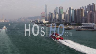 Hong Kong Voler Le Long Du Ferry Dans Le Port De Victoria En Direction Du Terminal Avec Vue Sur Le Paysage Urbain. - Vidéo Drone
