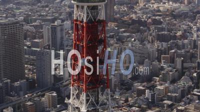 Gros Plan Sur Le Japon, Tokyo, Volant à Basse Altitude Autour De La Tour De Tokyo Avec Vue Sur La Ville - Vidéo Drone