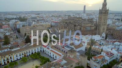 Catédrale De Seville. Paysage Urbain Historique Et Cathédrale Gothique De Séville En Espagne - Vidéo Drone