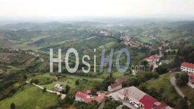 Vue Aérienne Du Village De Montagne - Vidéo Drone, Croatie, Croatie