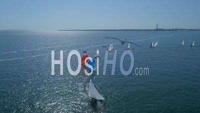 Levée D'un Spinnaker Dans La Course à La Voile Sur L'océan The Solent Uk - Vidéo Drone