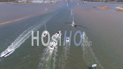 Bateaux Et Yachts Sortent Par Une Journée Ensoleillée, Profitant Du Week-End Pour Explorer Les Eaux à Moteur Ou à Voile, Royaume-Uni - Vidéo Drone