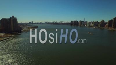 Nyc New York Usa Vol Bas Presque Dans East River Avec Le Paysage Urbain De Lower Manhattan - Vidéo Drone