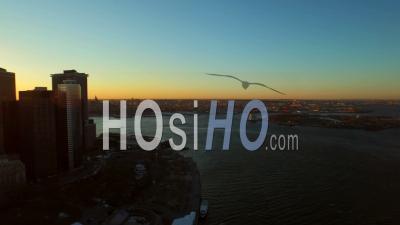 Nyc New York Usa Vol Bas Panoramique à Gauche Avec Vue Sur Le Paysage Urbain De Governors Island Et Du Quartier Financier De Manhattan Au Lever Du Soleil - Vidéo Drone