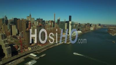 Nyc New York Usa Survolant East River En Direction De Midtown East Manhattan - Vidéo Drone