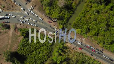 Plan Vertical Regardant En Bas D'une Manifestation De La Ville Bloquant La Circulation Sur Un Pont. Costa Rica - Vidéo Drone