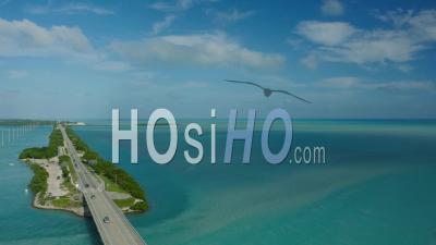 Volant Bas Au-Dessus De La Circulation De La Route 1. Florida Keys - Vidéo Drone