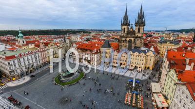 Ville Et Piétons Laps De Temps De La Place De La Vieille Ville à Prague. République Tchèque - Vidéo Drone