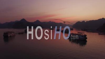 Groupe De Navires De Croisière Coucher De Soleil Sur La Baie D'ha Long Vietnam - Vidéo Drone