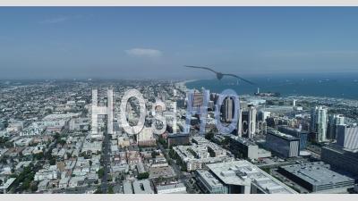 Horizon De Long Beach Avec Des Bateaux Amarrés Dans L'océan à Proximité.