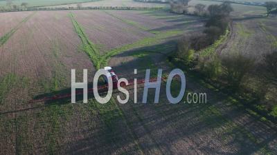 Machines Agricoles Pulvérisant De L'herbicide Glyphosate Sur Des Cultures Agricoles. - Vu Par Drone