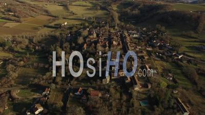 Vue Aérienne D'une Petite Ville Au Sommet D'une Colline Dans Le Sud-Ouest - Vidéo Drone, France - Vidéo Drone