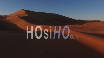Dune Au Coucher Du Soleil Dans Le Sud Marocain Avec Une Caravane De Chameaux