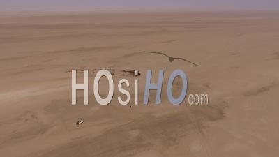 Homme Marchant Sur L'épave Du Navire Eduard Bohlen, Désert Du Namib
