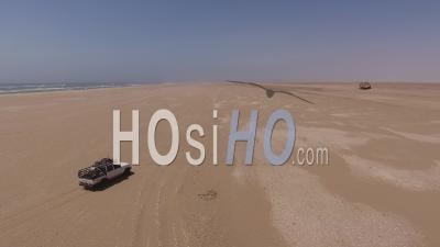 White Pick Up Driving à L'épave Du Navire Eduard Bohlen, Désert Du Namib