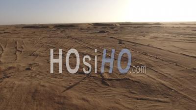 Contre-Jour, Astronaute Marchant Lentement Dans Le Désert Du Namib