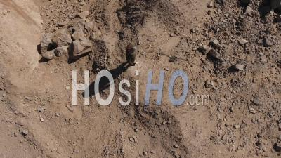 Astronaute Regardant Autour De Lui Au Bord D'une Falaise Dans Un Désert, Désert Du Namib