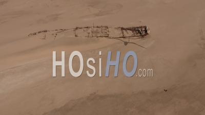 Homme Regardant L'épave Du Navire Eduard Bohlen, Désert Du Namib, Vue De Dessus Par Drone