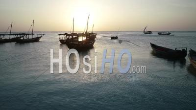 Bateau De Pêche Au Coucher Du Soleil, Zanzibar, Tanzanie - Vidéo Drone