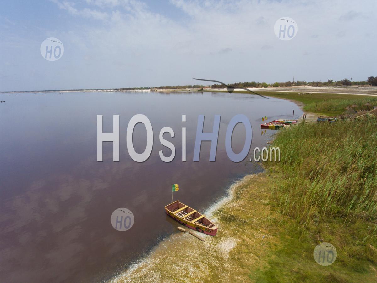 Bateau Sur Le Lac Rose - Vu Par Drone - Photographie Aérienne