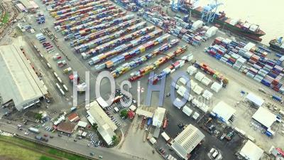 Au-Dessus Des Conteneurs Et Des Bateaux Du Port De Douala - Vidéo Drone