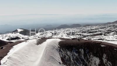 Vue Aérienne De Dolly D'un Petit Cratère Volcanique Sur L'etna En Sicile (italie) - Vidéo Drone