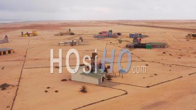 Vue Aérienne Sur Un étrange Village Isolé, Barren Post Settlement, Avec Des Maisons D'été, Hengtiesbaai, Namibie - Vidéo Drone