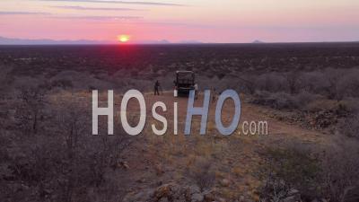 Vue Aérienne De Touristes Profitant D'un Coucher De Soleil Sur Une Jeep Safari Dans La Vaste Réserve De D'erindi, Namibie - Vidéo Drone