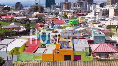 Vue Aérienne Sur Le Quartier Coloré De Bo-Kaap Malay Dans Le Quartier De Cape Town Et Les Toits Du Centre-Ville, Afrique Du Sud - Vidéo Drone