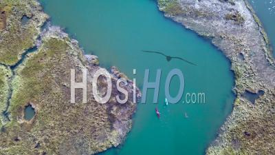 Vue Aérienne Sur Les Kayakistes Ramant à Travers De Vastes Tourbières Le Long De La Rivière Nonesuch Près De Portland, Maine, Nouvelle-Angleterre - Vidéo Drone