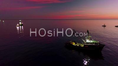 Vue Aérienne Des Pêcheurs De Calmar Avec Des Bateaux De Pêche éclairés Par Des Projecteurs Lumineux Au Large De La Côte De Malibu, Californie - Vidéo Drone