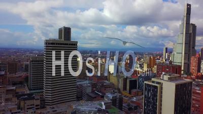 Vue Aérienne De Vieux Bâtiments, Gratte-Ciel Modernes Et Quartiers Du Centre-Ville De Bogota, Colombie - Vue Par Drone