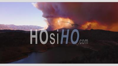 Vue Aérienne De L'énorme Incendie De Thomas Brûlant Dans Les Collines Du Comté De Ventura Au-Dessus De Ojai - Vidéo Drone